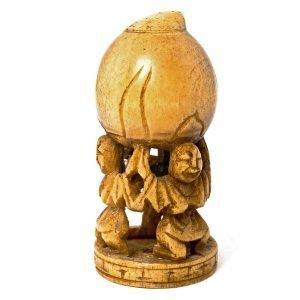 Statuette 3 personnes tenant une jarre